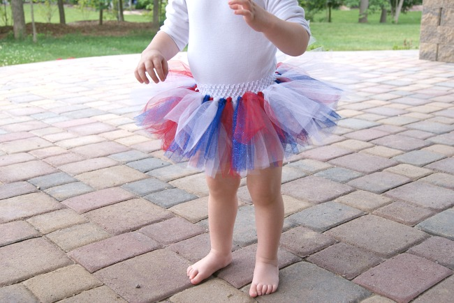 A step by step tutorial for making an easy, no-sew tulle tutu skirt.  http://canarystreetcrafts.com/